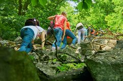 Подростки взбираясь в армянских горах в летнем дне стоковые изображения