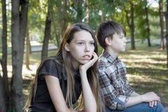 Подростки девушки и мальчика сердиты на одине другого Плохое отношение, возмущение Стоковые Фото