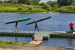 Подростки закончили спорт тренируя к canoing и сплавляться Стоковые Изображения RF