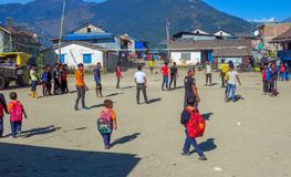 Подростки играя на городской площади удаленного горного села, Num, Непале стоковое фото