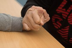 Подростки кулачного боя агрессивные Стоковые Фотографии RF