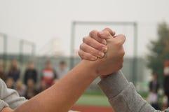 Подростки кулачного боя агрессивные Стоковые Изображения RF