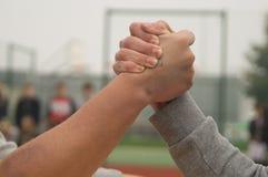 Подростки кулачного боя агрессивные Стоковые Изображения