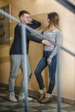 Подростки парень и подруга обнимая один другого в коридоре жилого дома Стоковая Фотография