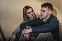 Подростки парень и подруга обнимая один другого в коридоре жилого дома Стоковые Фото