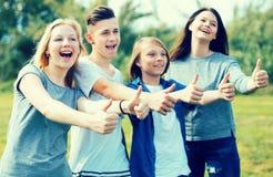 Подростки показывают их большие пальцы руки вверх Стоковые Фото