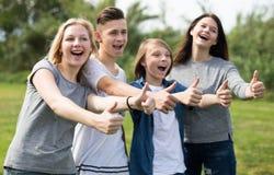 Подростки показывают их большие пальцы руки вверх Стоковое Фото