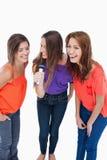 Подростки смеясь над пока пеющ караоке Стоковые Фотографии RF