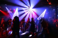 подростки танцы Стоковые Фотографии RF
