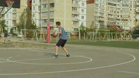 Подростки тренируя искусства баскетбола на внешнем суде видеоматериал