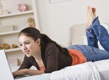 подростковое девушки компьютера счастливое Стоковые Изображения RF