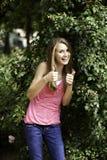 подростковое женской девушки внешнее стоящее Стоковая Фотография