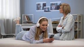 Подростковое повстанчество, непослушная девушка отказывает слушать лекции по матерей, игнорируя ее стоковое изображение rf