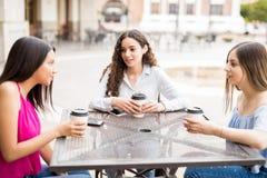 Подростковые друзья вися вне на внешнем кафе Стоковая Фотография