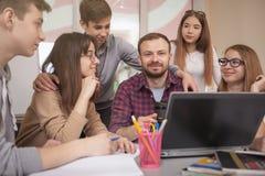 Подростковые одноклассники изучая совместно стоковая фотография
