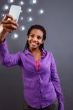 Подростковые принимая selfies с ее smartphone Стоковые Изображения RF