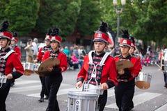 Подростковый барабанщик на параде стоковые фото