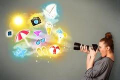 Подростковый фотограф делая фото праздника покрасил значки Стоковые Изображения RF