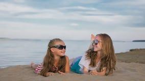 2 подростковых дет сидят на пляже Стоковое фото RF