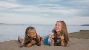 2 подростковых дет сидят на пляже Стоковые Изображения RF