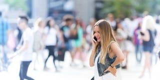 Подросток внешний с ее мобильным телефоном Стоковые Фотографии RF