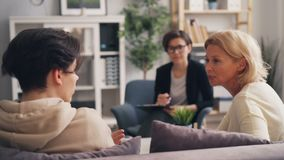 Подросток воюя со зрелой матерью во время консультации с психологом акции видеоматериалы