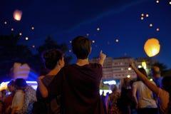 Подросток в фонарике ночи наблюдая бумажном стоковые изображения rf