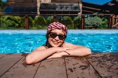 Подросток девушки в камере бассейна бортовой смотря стоковые фотографии rf