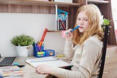 Подросток девушки делая домашнюю работу Стоковые Фотографии RF