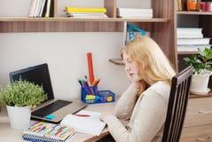 Подросток девушки делая домашнюю работу Стоковое Изображение RF