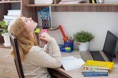 Подросток девушки делая домашнюю работу Стоковое Фото