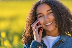 Подросток девушки смешанной гонки Афро-американский говоря на сотовом телефоне Стоковое Изображение RF