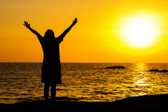 Подросток девушки стоя в воде с поднятые руки Стоковые Изображения RF