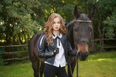 Подросток девушки с лошадью стоковые изображения rf
