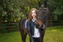 Подросток девушки с лошадью стоковое фото rf