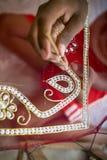 Подросток добавляет деталь к традиционному сари Jamdani в Mirpur Benarashi Palli, Дакке, Бангладеше Стоковые Фотографии RF