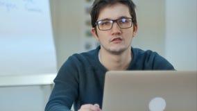 Подросток используя интернет wifi соединяется в современном коммерчески центре Стоковое Изображение