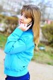 подросток клетчатого телефона девушки говоря Стоковая Фотография