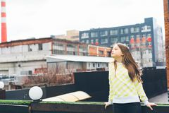 Подросток красивой предназначенной для подростков девушки длинн-с во стоковые изображения rf