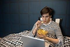 Подросток на ноче выходных стоковое изображение