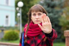 Подросток показывает жест ладони стопа на парке стоковая фотография rf