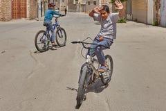 Подросток показывает фокусы на велосипеде, Kashan, Иране Стоковое Изображение