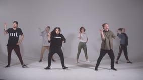 Подросток принимать сражение танцев снаружи сток-видео
