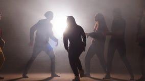 Подросток принимая участие в танцуя сражение снаружи сток-видео