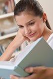 подросток студентов чтения книги женский Стоковое Изображение