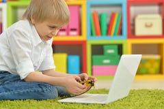 Подросток с компьтер-книжкой Стоковое фото RF