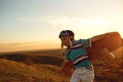 Подросток с самолетом игрушки на природе на заходе солнца стоковая фотография rf