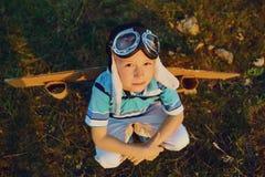 Подросток с самолетом игрушки на природе на заходе солнца стоковые фотографии rf