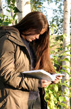 подросток чтения книги Стоковое Изображение RF