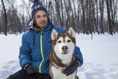 подросток doy с осиплой собакой стоковые фото